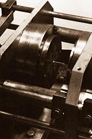 Die erste selbstgebaute Spritzgussmaschine der Kunststoffverarbeitung Winter mit Handbetrieb.