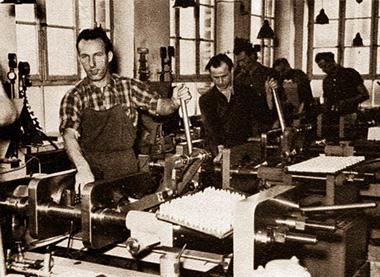 Spritzgussarbeit mit Hilfe der selbstgebauten, von Hand betriebenen Maschinen.