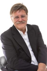 Helmut Winter sitzt in einem Sessel